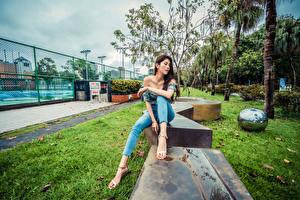 Фотографии Азиатки Сидящие Джинсов Ног