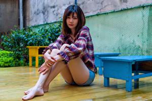 Фотографии Азиатки Сидящие Ног Блузка Взгляд молодая женщина
