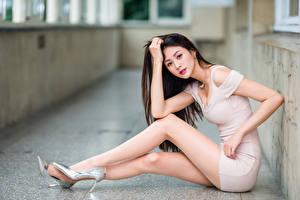 Фото Азиатка Сидящие Ноги Платье Взгляд Девушки