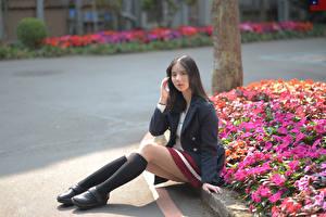 Картинки Азиаты Сидя Ног Гольфы Пиджак Взгляд Брюнеток Девушки