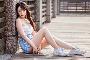 Картинка Азиатка Сидящие Ног Юбке Смотрят Шатенки девушка