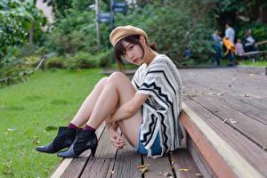 Фото Азиатка Сидит Поза Ног Берет Взгляд девушка