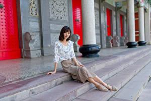 Фотография Азиаты Сидящие Юбке Блузка Смотрит Девушки