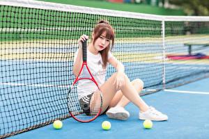 Картинки Азиатка Теннис Сидит Спортивная сетка Ног Смотрит Мячик девушка