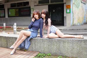 Фотографии Азиаты 2 Сидит Ноги Взгляд молодая женщина
