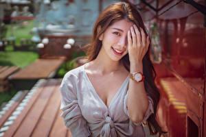 Обои Азиаты Наручные часы Размытый фон Улыбка Рука Смотрит молодые женщины