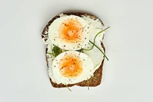 Картинки Бутерброды Хлеб Сером фоне Масло Яйцами Еда