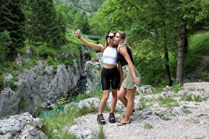 Фотографии Cara Mell Двое Блондинка Позирует Селфи Языком Stefani молодые женщины