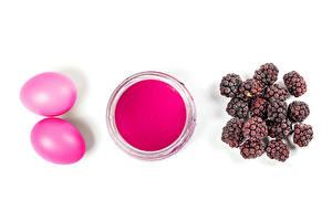 Фотография Пасха Ежевика Белый фон Краски Яйцо Розовых 2 Еда