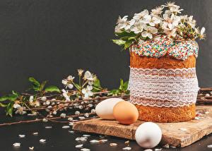 Фотографии Пасха Кулич Сером фоне Яйцами Ветвь Лепестки Еда