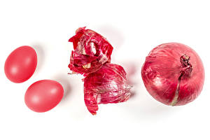 Фотографии Пасха Лук репчатый Белом фоне Двое Яйцо Красная Пища