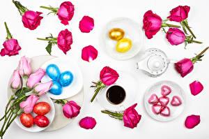 Фотографии Пасха Розы Кофе Конфеты Серый фон Яйцо Чашка Тарелке Сердце Лепестки цветок Еда