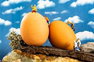 Фотография Пасха Скульптура Мужчины 2 Яйца Желтый
