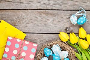 Картинка Пасха Тюльпан Доски Гнезде Яйца Подарки Желтых Цветы