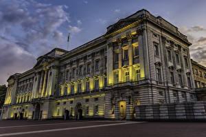 Обои Англия Вечер Лондоне Дворец Лучи света Buckingham Palace город