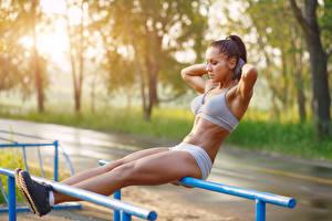 Обои для рабочего стола Фитнес Физическое упражнение Размытый фон Руки Ног Девушки