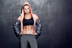 Фотография Сером фоне Взгляд Куртки Капюшоном Рука Живот молодые женщины