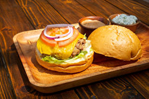 Обои для рабочего стола Гамбургер Булочки Овощи Доски Разделочной доске Продукты питания