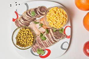 Фото Мясные продукты Зеленый горошек Кукуруза Тарелка Нарезанные продукты Зерна