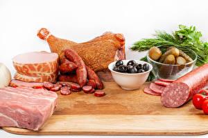 Обои для рабочего стола Мясные продукты Колбаса Огурцы Оливки Ветчина Разделочная доска Еда