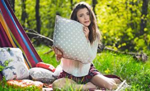 Фотография Mila Azul Шатенки Траве Подушка Смотрят Свитере Размытый фон Сидящие молодая женщина