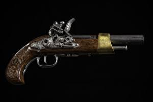 Обои Пистолет Винтаж Вблизи На черном фоне