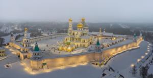 Картинки Россия Москва Храм Монастырь Зима Снегу Лучи света New Jerusalem Monastery Moscow Region город
