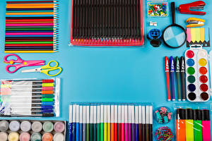 Фотография Ножницы Цветной фон Карандаша Шариковая ручка Краски Лупа