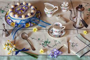 Обои для рабочего стола Натюрморт Торты Чайник Первоцвет Нарциссы Дизайна Чашке Сахар Ложка Вилка столовая Пища