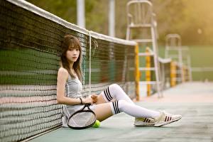 Фотографии Теннис Азиатка Размытый фон Сетка Сидя Униформа Ноги Гольфы Кроссовки девушка