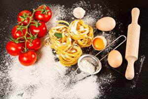 Картинки Помидоры Мука Серый фон Макароны Яиц Продукты питания