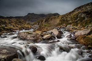 Обои для рабочего стола Великобритания Река Камни Парки Уэльс Облачно Snowdonia Природа
