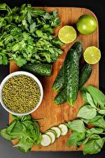 Картинки Овощи Огурцы Лайм Зеленый горошек Разделочной доске Еда