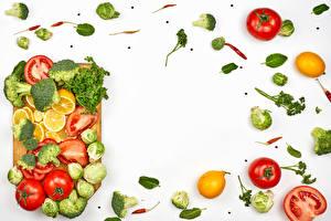 Обои Овощи Помидоры Брокколи Лимоны Укроп Белом фоне Разделочная доска Шаблон поздравительной открытки Еда