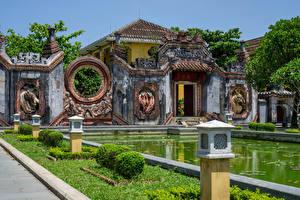 Картинки Вьетнам Храмы Пруд Уличные фонари Газоне Historisches Ba Mu Tempel, Hoi An город