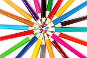 Картинка Белым фоном Карандашей Разноцветные