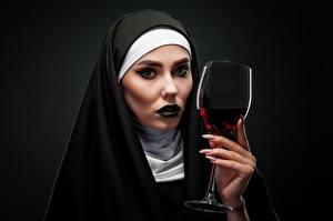 Обои для рабочего стола Вино Черный фон Смотрит Мейкап Рука Маникюр Бокалы Монах молодая женщина