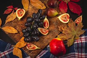 Обои для рабочего стола Яблоки Инжир Виноград Разделочная доска Листва Капли Пища