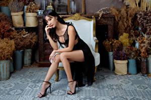 Фото Азиатка Кресло Сидит Платье Ног Брюнетки молодые женщины