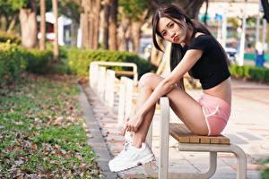 Картинка Азиатки Скамья Сидя Ног Шорт Смотрит молодые женщины