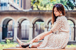 Фото Азиатки Размытый фон Сидит Платье девушка