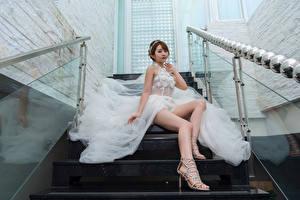 Обои Азиаты Невеста Лестница Сидя Платья Ноги молодая женщина