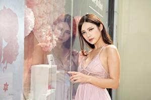 Обои Азиатка Шатенки Смотрит Руки Отражении Стекле молодая женщина