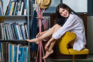 Фотографии Азиаты Брюнетка Сидя Рубашки Улыбка Ног Смотрит девушка