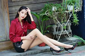 Фото Азиаты Брюнетки Сидит Ноги Юбка Блузка Туфель девушка