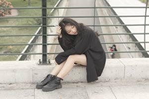Обои Азиатки Брюнетки Сидящие Пиджак Ноги Ботинки девушка