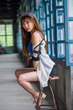 Обои Азиаты Стулья Сидит Ноги Взгляд Девушки