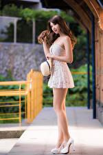 Фотографии Азиатка Платья Ног Шляпа Шатенка Красивый молодые женщины