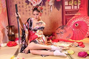 Обои Азиаты Катана Кимоно Сидит Ноги Взгляд Девушки картинки