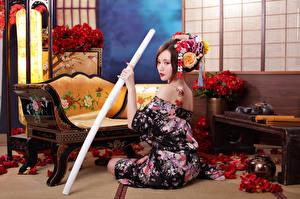 Картинки Азиатки Катана Сидя Кимоно Девушки